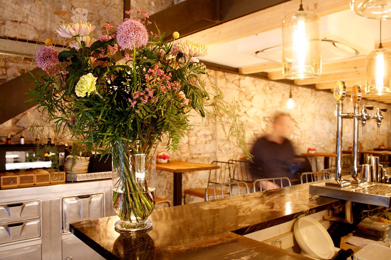 Ramo de flores hecho para el restaurante Agust Gastrobar. Ramo de allium, craspedia, crisantemo, limonium, falcatum, claveles y esparraguera de colores pasteles rosas y amarillos combinados con verdes