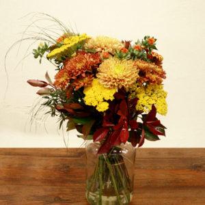 Ramo de crisantemo, achillea, carthamus y verdes. De color amarillo y naranja.