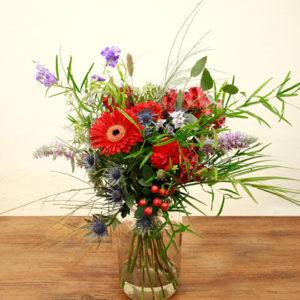 Ramo de flores de gerberas, astromelias y falcatum. Ramo de color rojo, violeta, verdes y algun tono azulado.