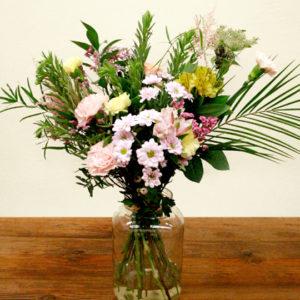 Ramo de clavel, crisantemo, astromelia, astirbe, amni majus, ruscus y verds de colors grocs i roses pastels