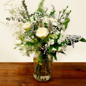 Ramo de flores con rosa de jardí, lisianthus, cineraria marítima, solidago, oreja de conejo, foxtail fern y paniculata. De colores blancos, amarillos pasteles y tonos grises