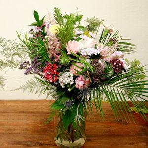 Ramo de flores con rosas, astilbe, eryngium, limonium, astromelia, clavel poeta, crisantemo, amni majus y esparraguera plumosa. De colores, amarillos y rosas pasteles, morados, burdeos, salmones y magentas