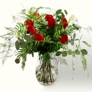 Ramo de flores de San Valentín con rosas rojas, eucaliptus, helecho y esparraguera plumosa. Regala amor a tu novia, novio o pareja. Se detallista. Ramo de tonos rojos y verdes, de aire campestre y romántico.