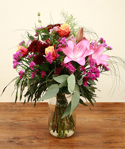 Ram de flors amb crisantem, roses, statice, lilium, astromelia falcatum, eucaliptus, esparraguera i papaver