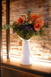 Ram o bouquet de amaril·lis de color salmó, eucaliptus, ginesta i statice.