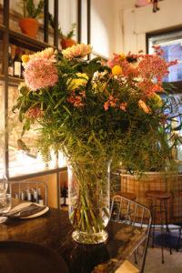 Ram de flors fet per per al restaurant Agust Gastrobar. Ram de allium, craspedia, crisantem, limonium, falcatum, clavells i esparraguera de colors pastels roses i grocs combinat amb verds