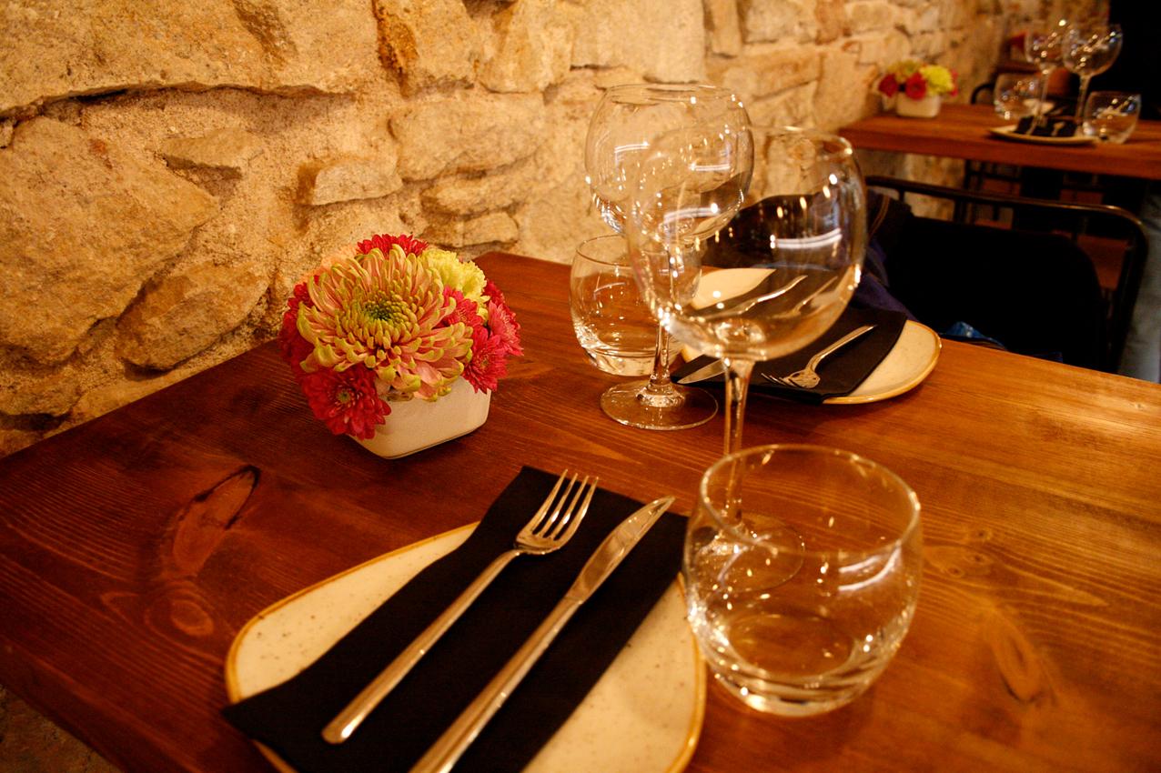 Centre de flors fet per al restaurant Agust Gastrobar. Centre petit de crisantems uniflora i crisantems de colors magentes, grocs i roses.