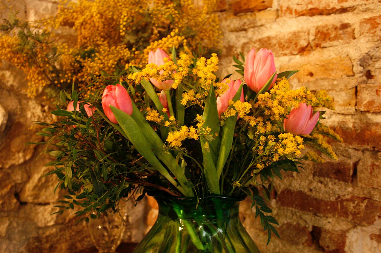 Flors setmanals per al restaurant Agust Gastrobar. Ram de tulipans, mimosa i llentiscle de colors roses i grocs