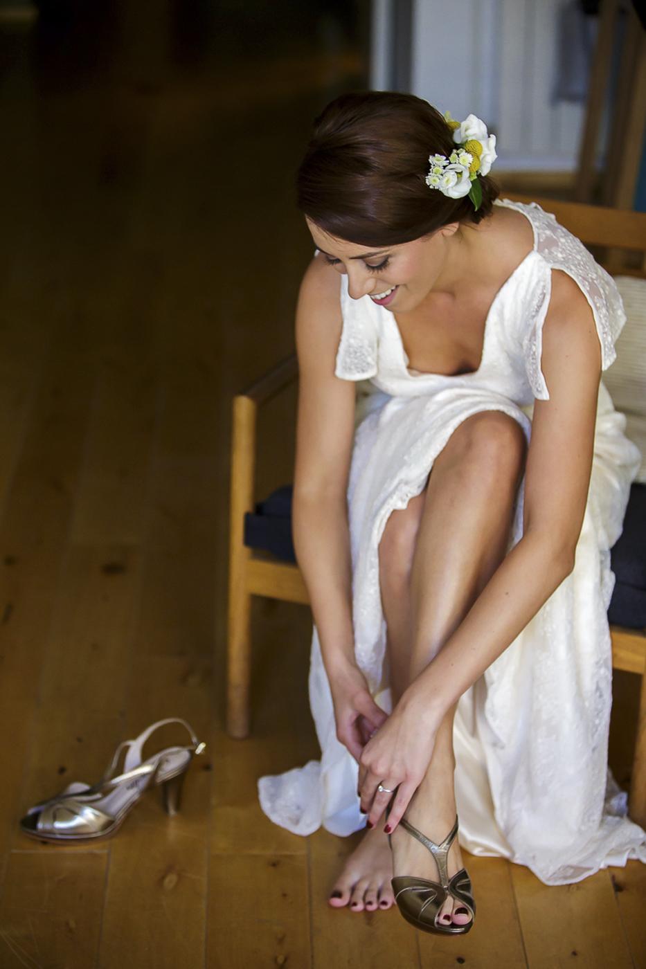 Arranjaments florals per a un casament fresc i mediterrani on vam realitzar la corona pel cap de la núvia, les agulles pel nuvi i el padrí, el ram de la núvia, els centres de taulai la decoració de les cadires de la cerimònia tot amb tons verds, grocs i blancs.