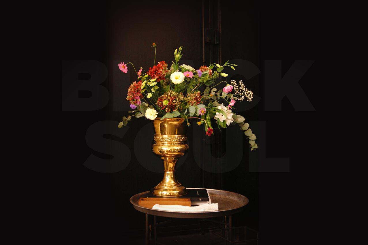 Centre, rams i instal·lació floral per a la botiga de parament de la Llar Lusitània. La peça principal era un arranjament floral d'estil barroc que marcava la línia de disseny de la resta de bouquets i decoracions florals. Instal·lació floral durant la campanya de tardor. Les flors que apareixen en les decoracions són lisianthus, margarites, estromèlies, paniculata, statice, roses de jardí i ortènsies de colors magentes, vermells, granates, violetes i blancs combinades amb verds com ara l'eucaliptus.