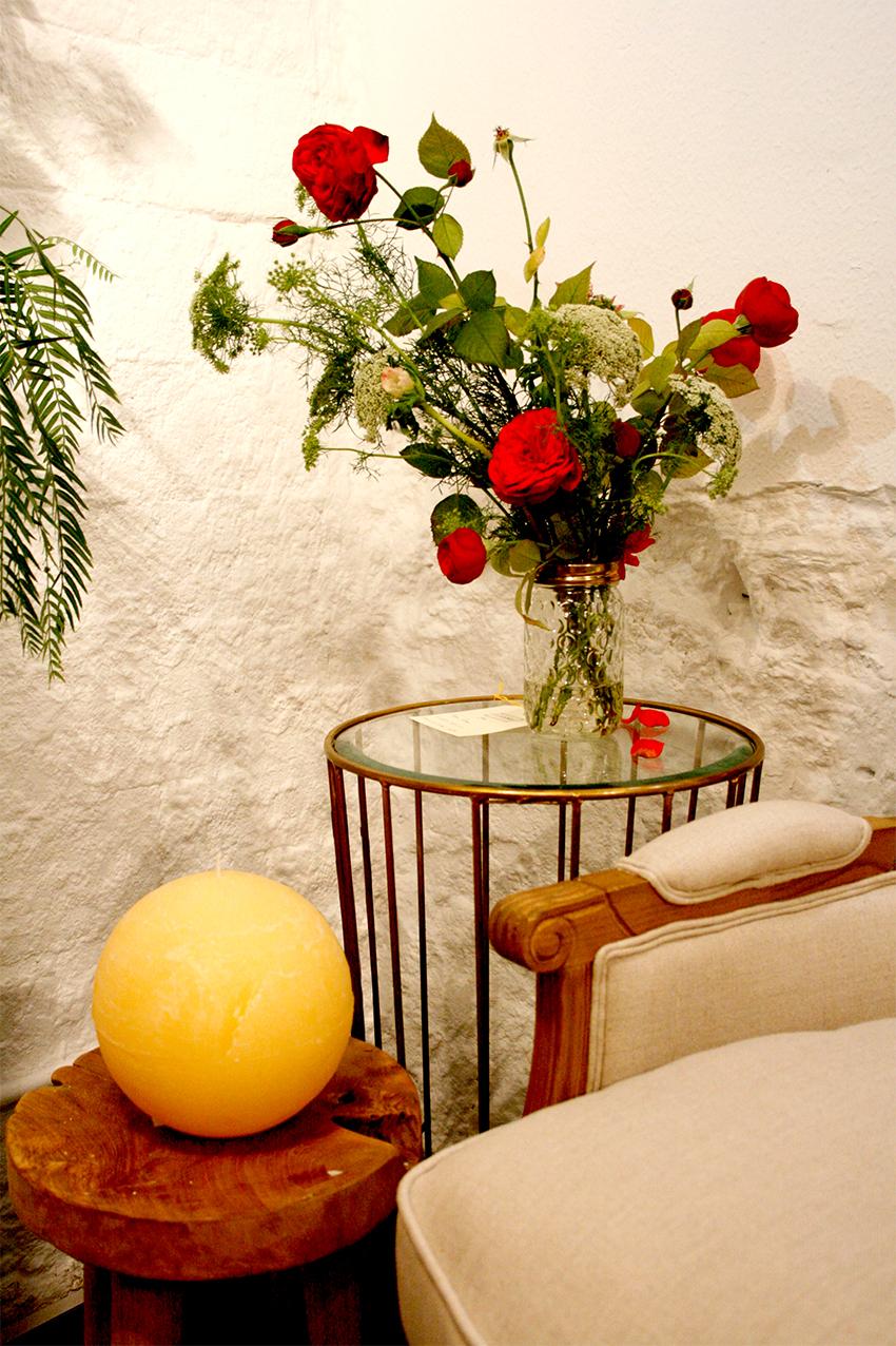 Centre, rams i instal·lació floral per a la botiga de parament de la Llar Lusitània. La peça principal era un arranjament floral d'estil barroc que marcava la línia de disseny de la resta de bouquets i decoracions florals. Instal·lació floral durant la campanya de tardor. Les flors que apareixen en les decoracions són lisianthus, margarites, estromèlies, paniculata, statice, roses de jardí i ortènsies de colors magentes, vermells, granates, violetes i blancs combinades amb verds com ara l'eucaliptus, el fals pebrer o el fonoll.
