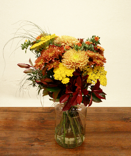 Ram de crisantem, achillea, carthamus i verds de color groc i taronja.