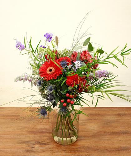Ram de flors de gerberes, astromelies i falcatum de color vermell i violeta.