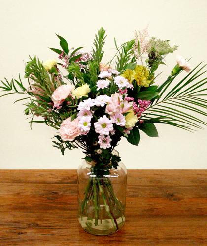 Ram de clavell, crisantem, astromelia, astirbe, amni majus, ruscus i verds de colors grocs i roses pastels