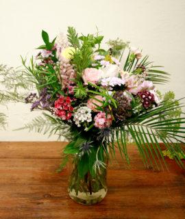 Ram de flors amb roses, astilbe, eryngium, limonium, astromelia, clavell, crisantem, amni majus i esparraguera plumosa de colors, grocs i roses pastels, morats, burdeus, salmons i magentes