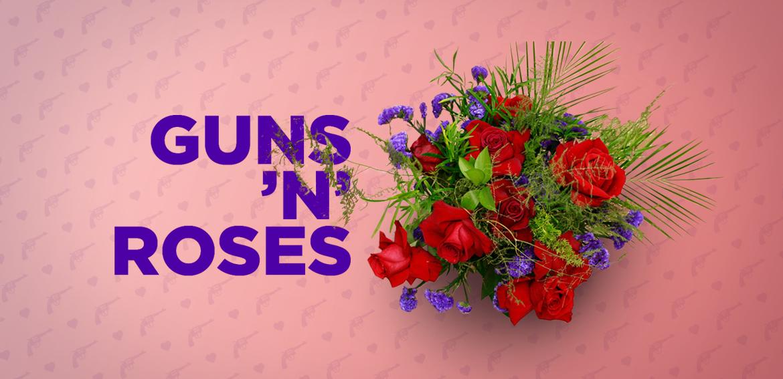 Ram de flors Guns 'n' Roses amb roses vermelles, statice violeta, falcatum, esparraguera plumosa i foxtail fern de colors vermells i violetes