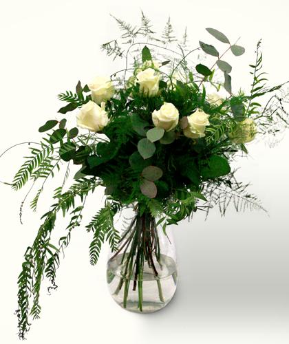 Ram de flors Sant Valentí amb roses blanques, eucaliptus, falguera i esparraguera plumosa. Regala amor a la teva nòvia, novio o parella. Sigues detallista. Ram de tons blancs i verds, d'aire campestre i romàntic.