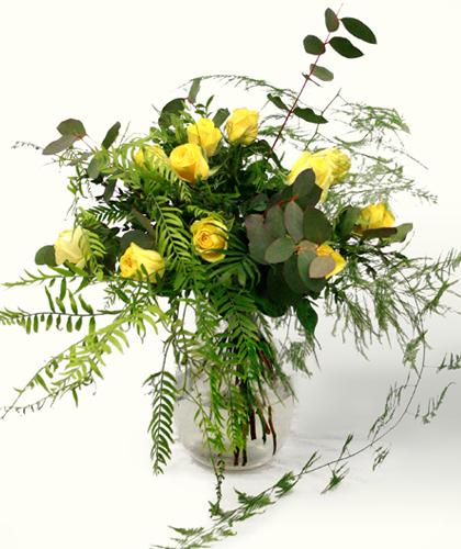 Ram de flors Sant Valentí amb roses grogues, eucaliptus, falguera i esparraguera plumosa. Regala amor a la teva nòvia, novio, parella o amistat. Sigues detallista. Ram de tons grocs i verds, d'aire campestre i romàntic.