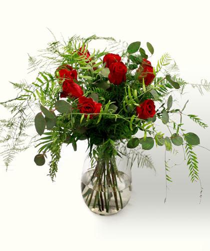 Ram de flors Sant Valentí amb roses vermelles, eucaliptus, falguera i esparraguera plumosa. Regala amor a la teva nòvia, novio o parella. Sigues detallista. Ram de tons vermells i verds, d'aire campestre i romàntic.