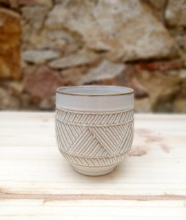 Test ceràmic mitjà amb una sanefa geomètrica i decorativa al contorn.