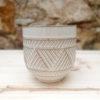 Test ceràmic gran amb una sanefa geomètrica i decorativa al contorn.