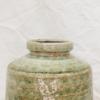 Gerro de ceràmica verd amb acabat esmaltat. Un detall ideal per a regalar a totes aquelles persones amants de les flors i de la decoració d'interiors. *El preu del producte no inclou les fulles. Mides: 15cm d'ample x 18cm dalt. Diàmetre forat: 7cm.