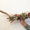 tronc de riu decorat amb flor seca. Hortènsia al centre, flor immortal, eucaliptus, flor de paper, delphinium, phelium, amaranthus, pota de cangur, clematis.